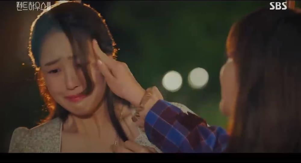 Penthouse 3 tập 3: Ha Eun Byul bị mẹ nuôi tát khi lén xem video của mẹ đẻ-4