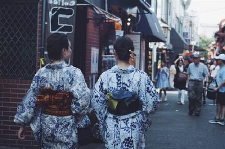 Tại sao khi mặc Kimono, phụ nữ Nhật Bản thắt một chiếc 'gối' sau lưng?