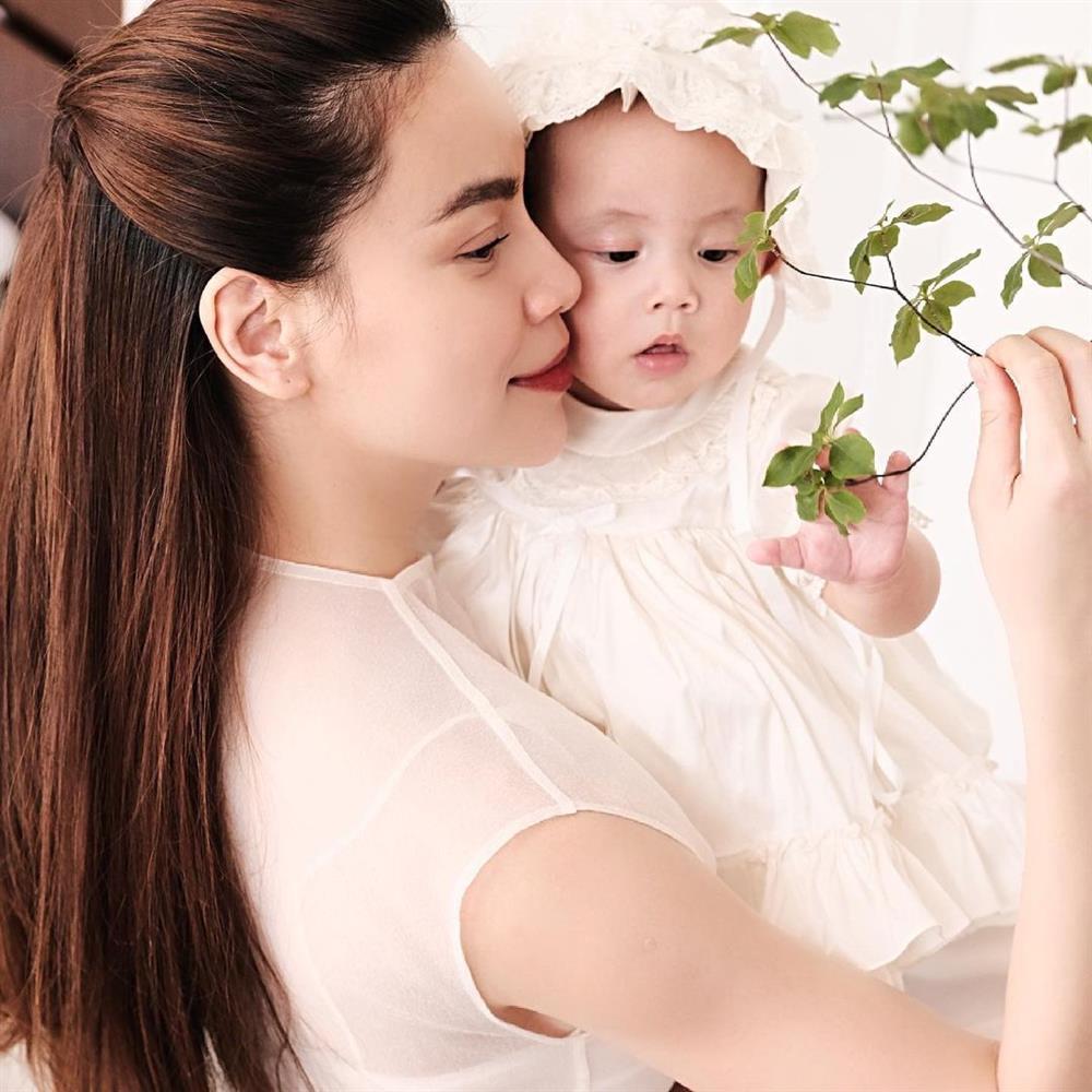Kim Lý tắm cho con gái, Hồ Ngọc Hà: Đố ai sau này yêu được bà Lisa-5