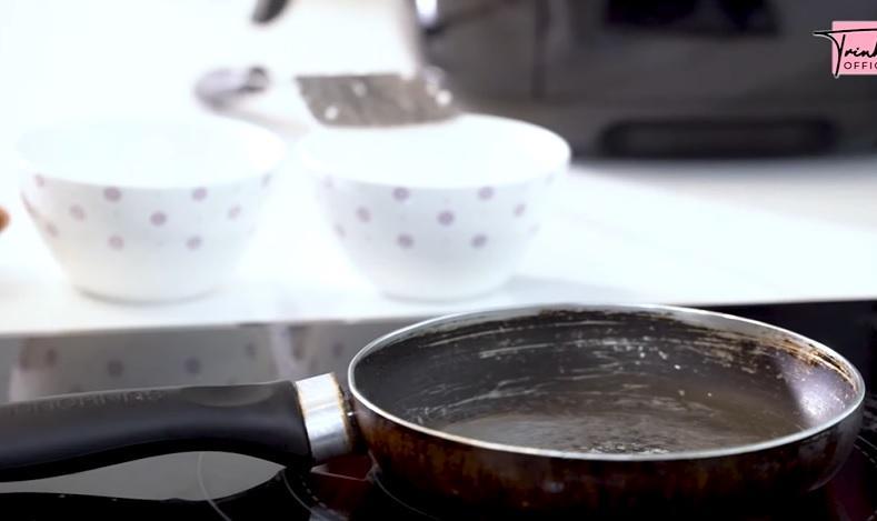 Ngọc Trinh làm vlog nấu ăn, nhà chỉ có tiền mà dùng chảo như đồng nát-2