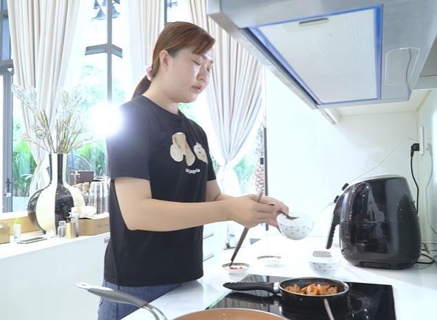 Ngọc Trinh làm vlog nấu ăn, nhà chỉ có tiền mà dùng chảo như đồng nát-4