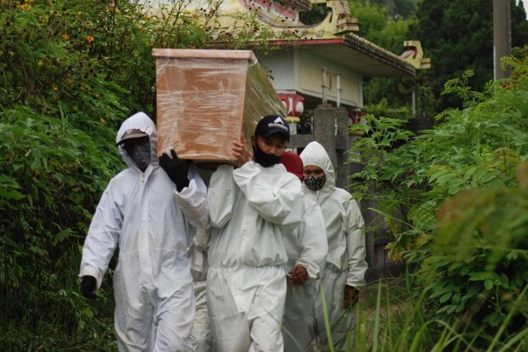 Bức ảnh phơi bày thảm cảnh mùa dịch ở Indonesia-3