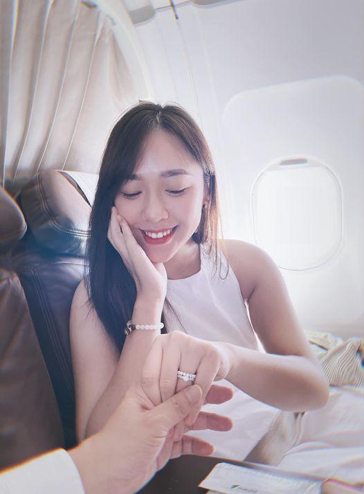 MC đình đám VTV được cầu hôn trên máy bay, bất ngờ profile nhà trai-6