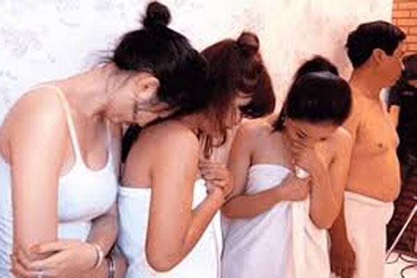 Đi bán dâm, 4 cô gái bị nhóm môi giới cắt phế 50% mỗi lượt khách-1