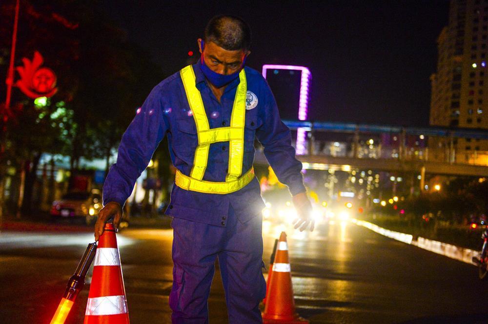 Hàng chục công nhân xuyên đêm di chuyển hàng cây phong lá đỏ trên đường Trần Duy Hưng-1