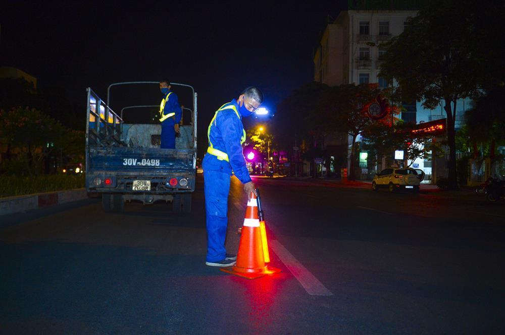 Hàng chục công nhân xuyên đêm di chuyển hàng cây phong lá đỏ trên đường Trần Duy Hưng-2