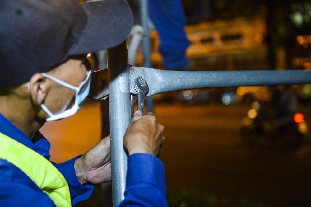 Hàng chục công nhân xuyên đêm di chuyển hàng cây phong lá đỏ trên đường Trần Duy Hưng-3