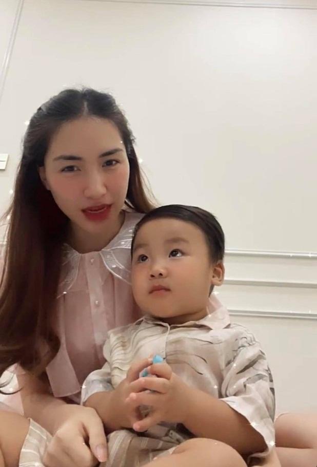 Quý tử Hòa Minzy sợ sệt như bị dọa đánh trên livestream, sự thật ra sao?-3