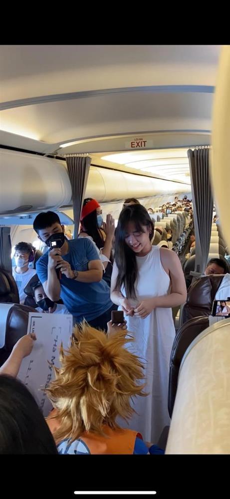 Hậu trường siêu lầy của nữ MC được bạn trai cầu hôn trên máy bay-4