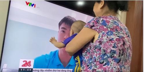 Thấy bố trên tivi, con trai Duy Mạnh sà vào sờ mặt đòi bố ôm hôn-1