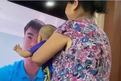 Thấy bố trên tivi, con trai Duy Mạnh sà vào sờ mặt đòi bố ôm hôn