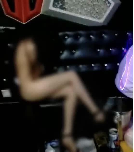 2 cô gái khỏa thân phục vụ 20 khách hát karaoke: Mất dạng từ chủ tới khách-1