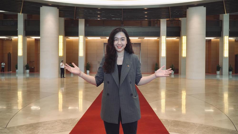 Vẻ gợi cảm của nàng BTV được CEO hơn 16 tuổi cầu hôn trên máy bay-9
