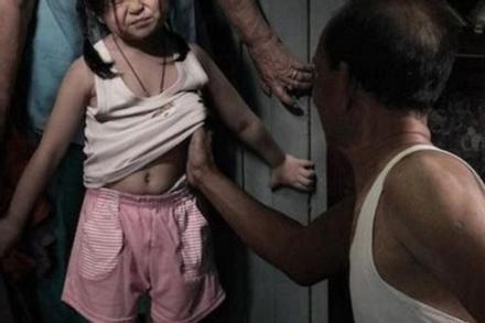 Ông lão U80 nhiều lần 'mồi tiền' để hiếp dâm 2 bé gái 8 tuổi