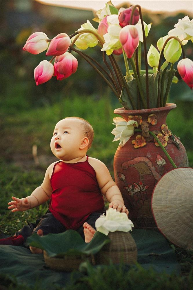 Khóc ngất bên hoa sen, công chúa 9 tháng tuổi biểu cảm ôi quá hài-3