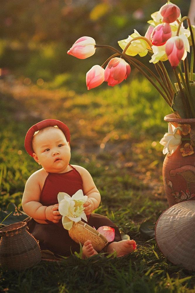 Khóc ngất bên hoa sen, công chúa 9 tháng tuổi biểu cảm ôi quá hài-6