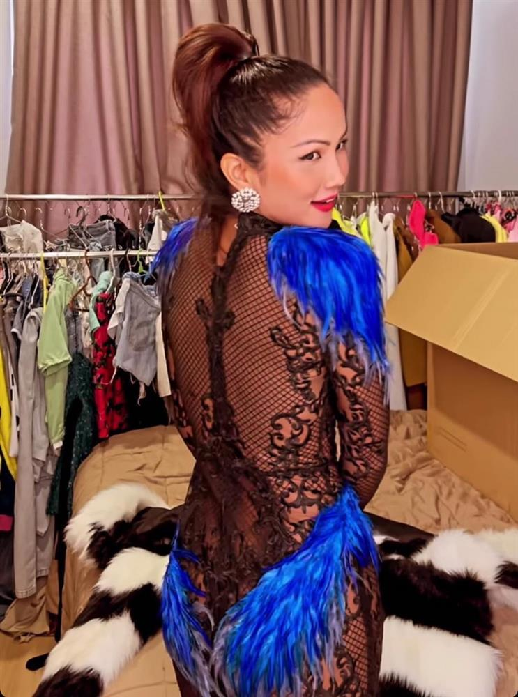 Hé lộ váy chưa diện ở Miss Universe 2018, HHen Niê bị chê như kiều nữ phòng trà-10
