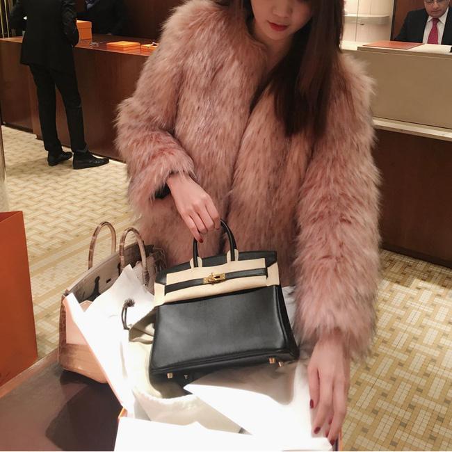 Ngọc Trinh - Lily Chen đụng từ siêu xe đến túi Hermès, còn bị nghi chung bồ-15