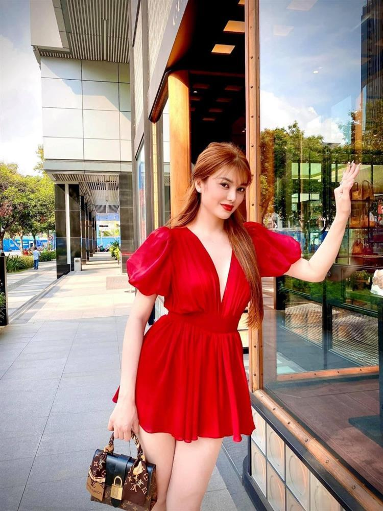 Ngọc Trinh - Lily Chen đụng từ siêu xe đến túi Hermès, còn bị nghi chung bồ-18