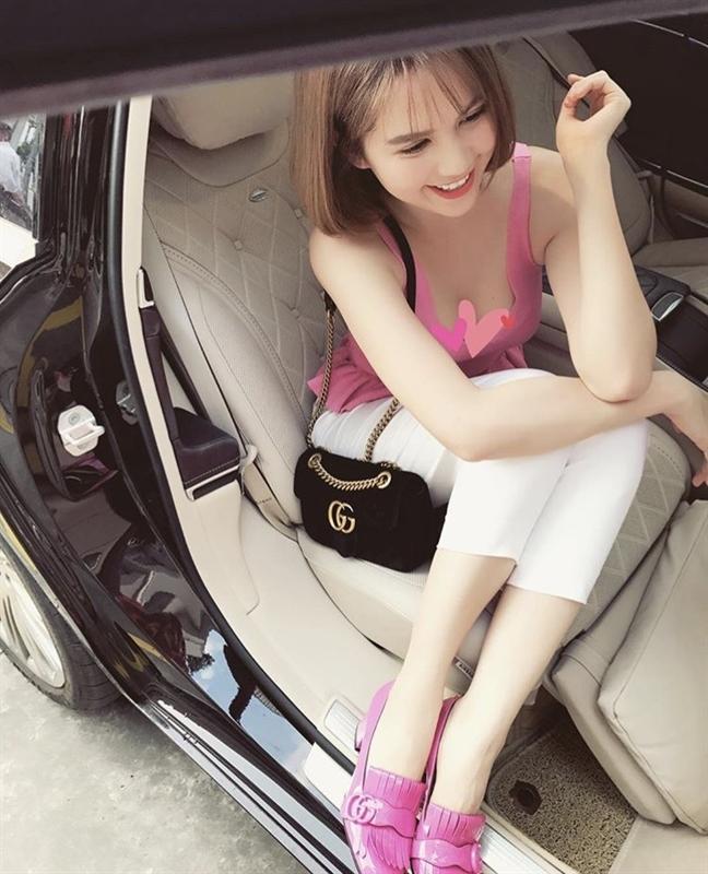 Ngọc Trinh - Lily Chen đụng từ siêu xe đến túi Hermès, còn bị nghi chung bồ-22