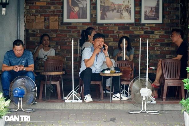 Hàng loạt quán cà phê mở cửa trở lại sau khi TP Hà Nội nới lỏng lệnh cấm-10