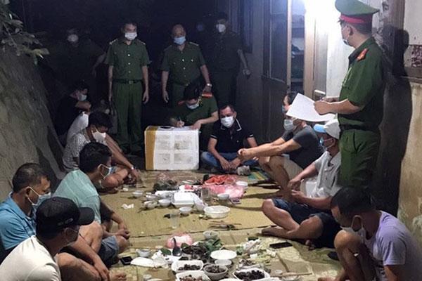 Bắc Giang: 11 người tụ tập ăn uống bị phạt 82,5 triệu đồng-1
