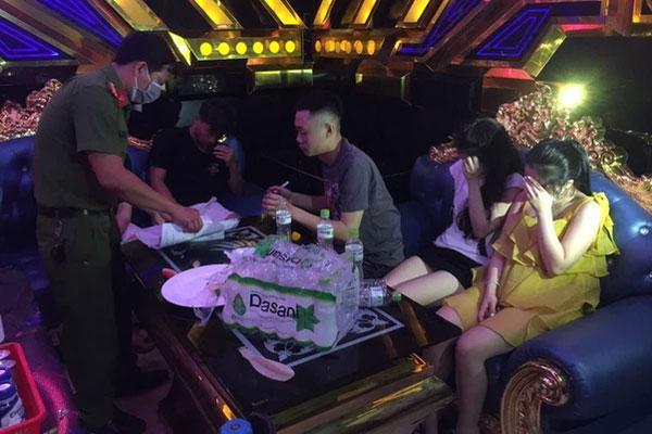 35 nam nữ bay lắc trong quán karaoke, có cả học sinh-1