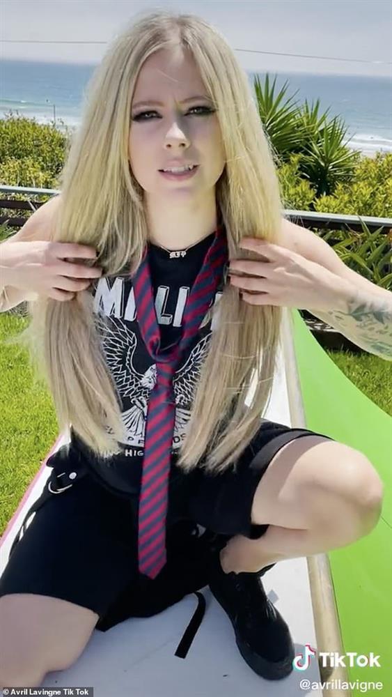 Avril Lavigne sau 20 năm, nhan sắc muốn lập kỷ lục hack tuổi thế giới?-1