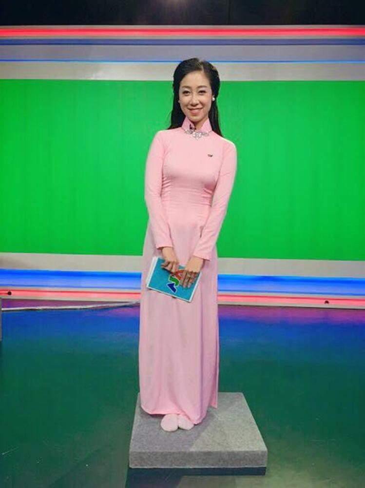 Nữ MC trẻ nhất VTV lên đồ trên gợi cảm dưới lạc quẻ khi dẫn sóng-11