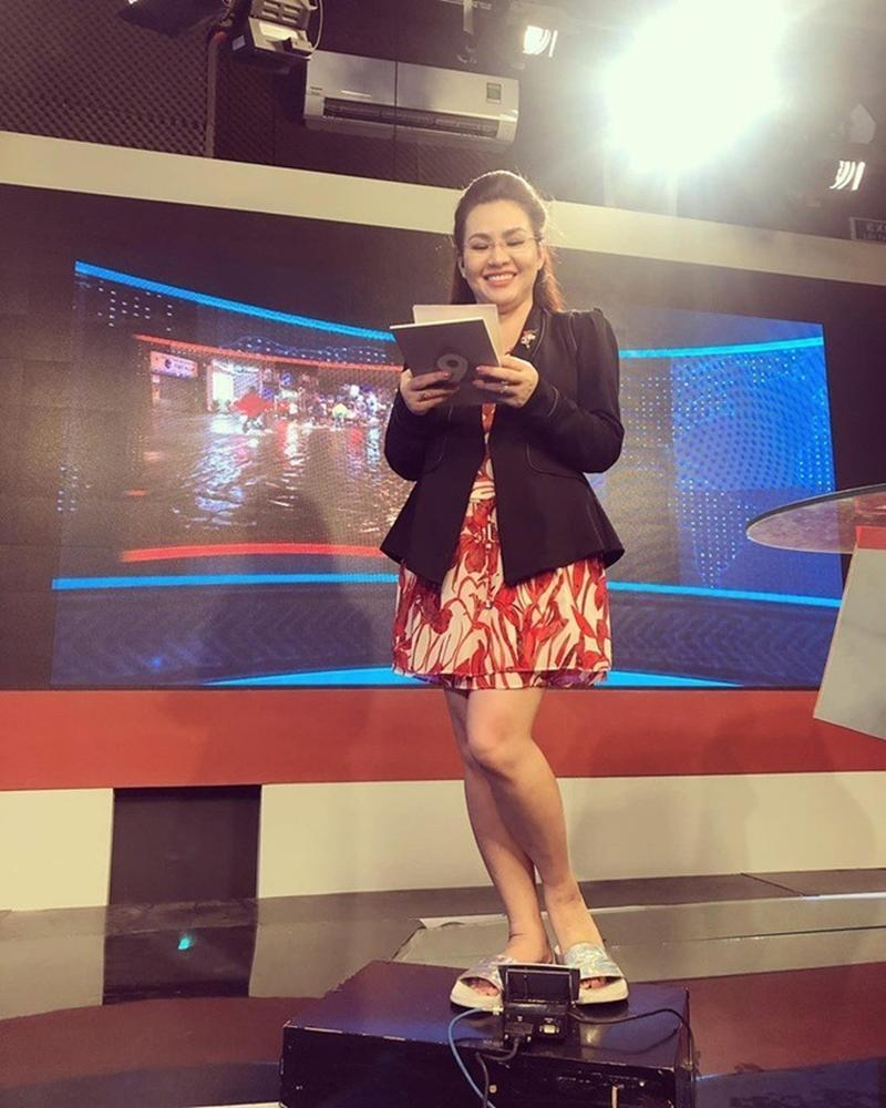 Nữ MC trẻ nhất VTV lên đồ trên gợi cảm dưới lạc quẻ khi dẫn sóng-10