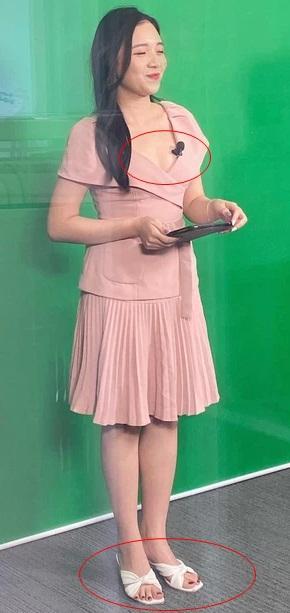 Nữ MC trẻ nhất VTV lên đồ trên gợi cảm dưới lạc quẻ khi dẫn sóng-3