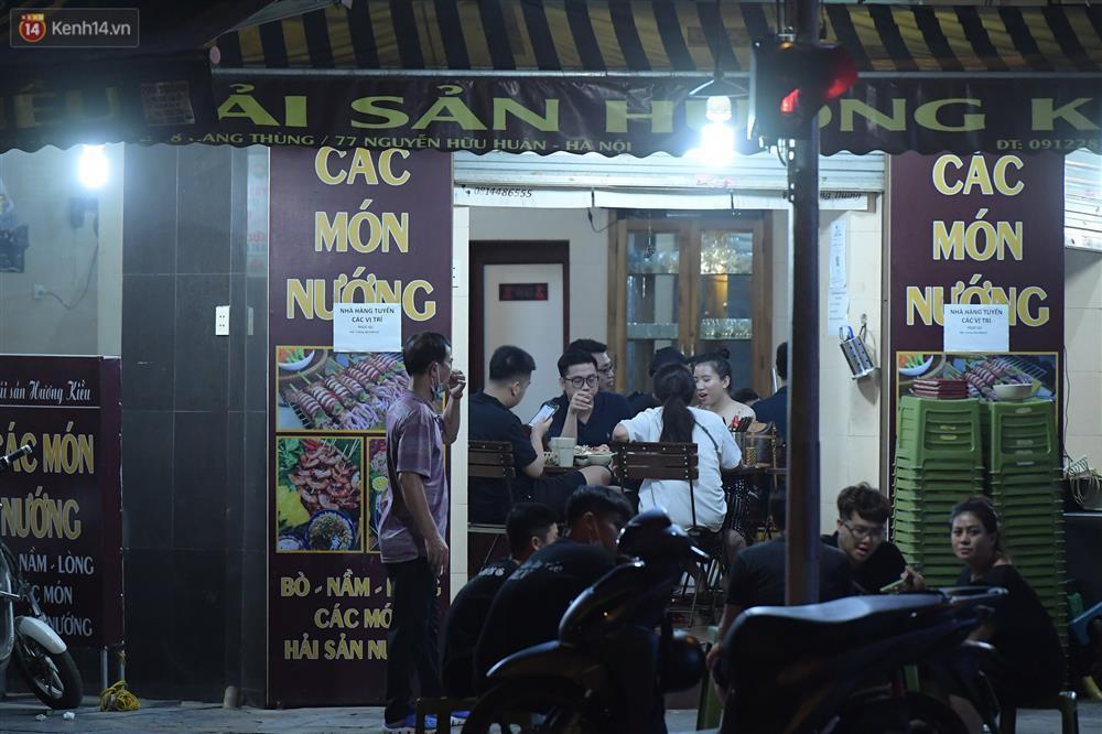 Hà Nội: Nhiều quán nhốt khách, cố bán sau quy định đóng cửa 21h-1