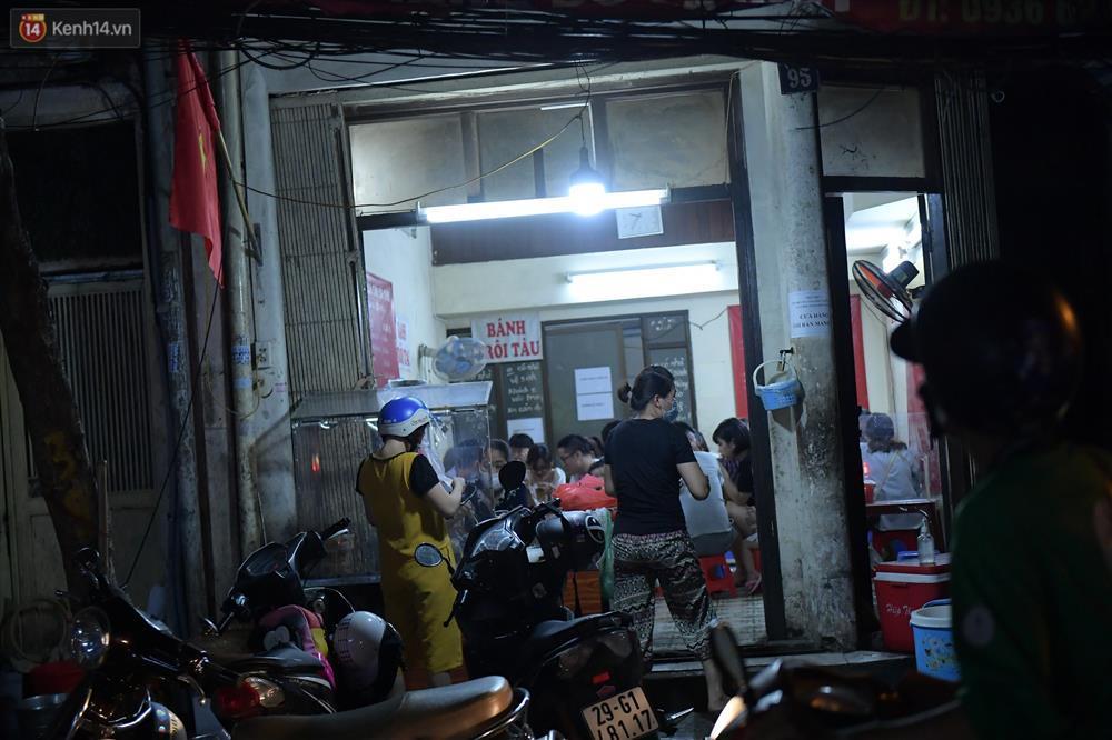 Hà Nội: Nhiều quán nhốt khách, cố bán sau quy định đóng cửa 21h-7