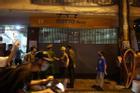 Hà Nội: Nhiều quán 'nhốt khách', cố bán sau quy định đóng cửa 21h