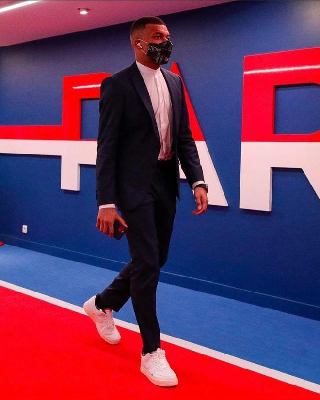 Phong cách sành điệu của cầu thủ Kylian Mbappé-9