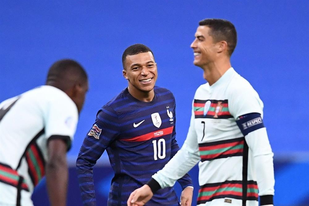 Từ fan thành đối thủ: Nóng rẫy khoảnh khắc CR7 đổi áo, check body Mbappé-4