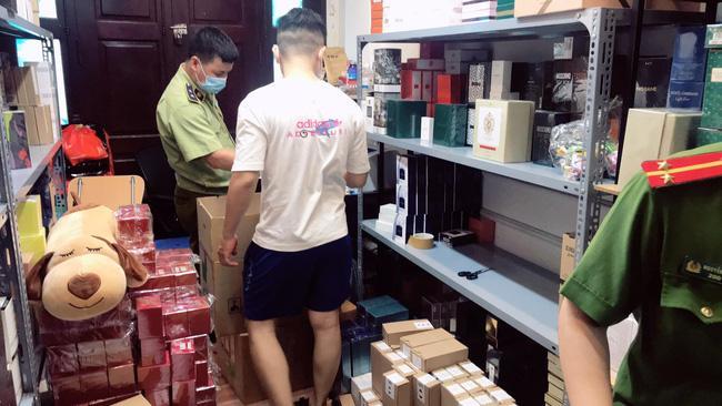 Đột kích tổng kho ở Hà Nội, thu giữ hàng nghìn chai nước hoa không rõ nguồn gốc-1