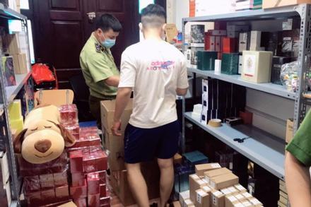 Đột kích tổng kho ở Hà Nội, thu giữ hàng nghìn chai nước hoa không rõ nguồn gốc
