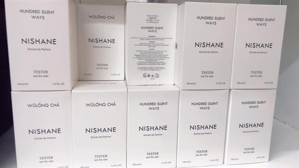 Đột kích tổng kho ở Hà Nội, thu giữ hàng nghìn chai nước hoa không rõ nguồn gốc-6
