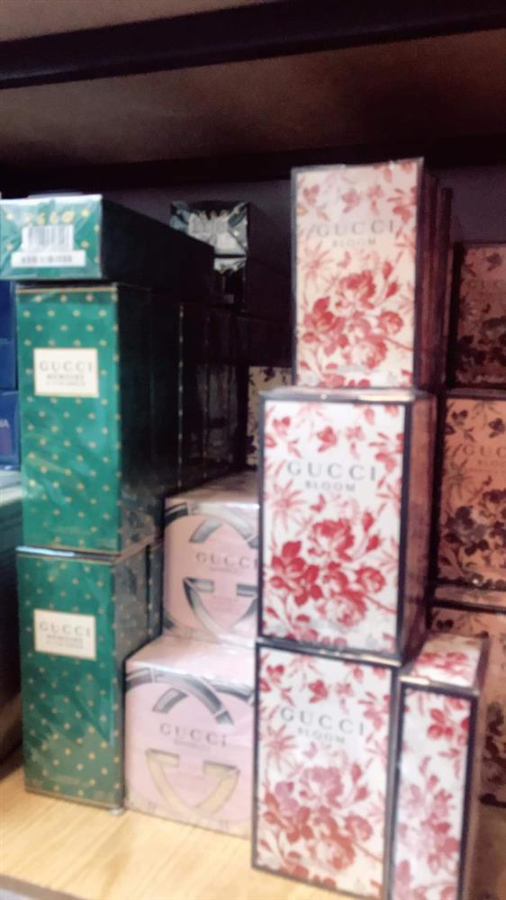Đột kích tổng kho ở Hà Nội, thu giữ hàng nghìn chai nước hoa không rõ nguồn gốc-9