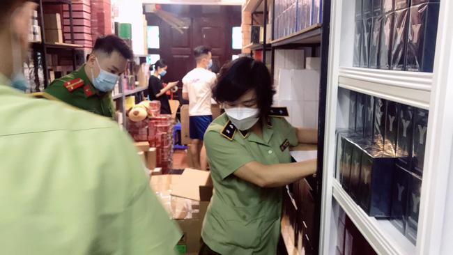 Đột kích tổng kho ở Hà Nội, thu giữ hàng nghìn chai nước hoa không rõ nguồn gốc-10