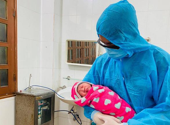 Sản phụ F0 chuyển dạ, sinh 1 bé gái mạnh khỏe trong khu cách ly-2