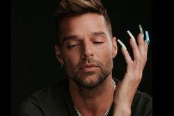 Ricky Martin khoe móng tay dài điệu đà, sơn màu sắc