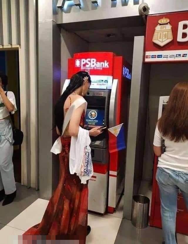Hết hồn cảnh Hoa hậu Hoàn vũ đua xe đạp, nướng gà, rút tiền ATM-9