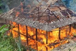 Nghi chập điện, 1 căn nhà sàn ở Sơn La bị thiêu rụi hoàn toàn