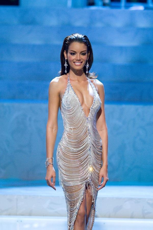 Nhan sắc tân Miss Universe bị bà mẹ U40 chặt đẹp-3