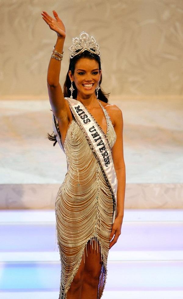 Nhan sắc tân Miss Universe bị bà mẹ U40 chặt đẹp-4