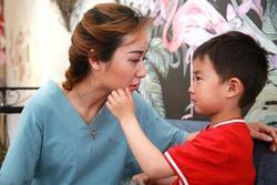 Mẹ lấy chồng mới, con trai 6 tuổi nức nở chạy theo nói lời xót xa