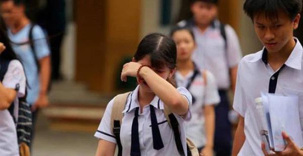 Gia cảnh thương tâm nữ sinh bị mẹ bắt quỳ giữa sân trường vì trượt lớp 10-1