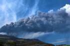Núi lửa phun trào tạo nên cột khói xẻ ngang bầu trời